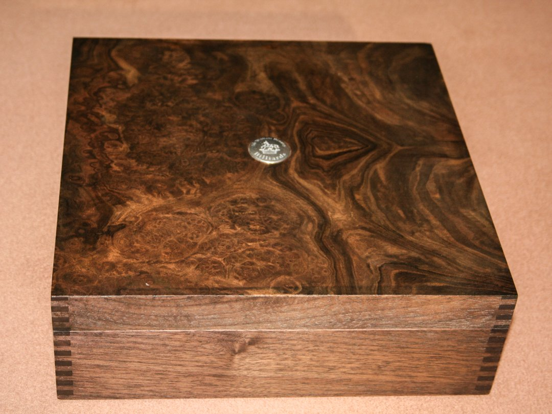 Burr-Walnut Ball-Box with Sir William BentleyBilliards badge